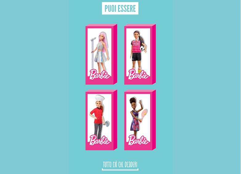 Cambio d'abito allo specchio per Barbie
